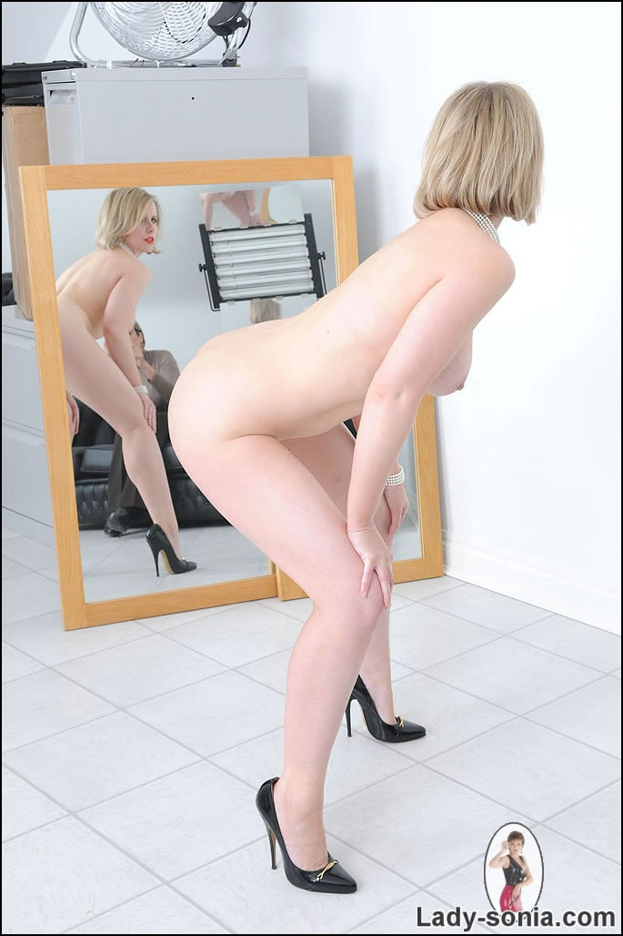Lady sonia gives a blowjob to become a model 7